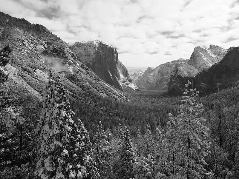 大家坚信无限风光在险峰,纷纷下到悬崖边抢占有利地形,对准山谷猛拍.