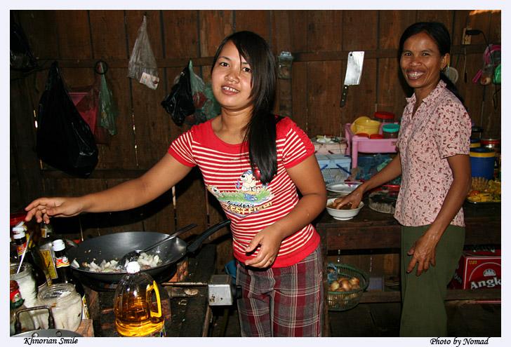 正在做饭的柬埔寨少女和她的妈妈