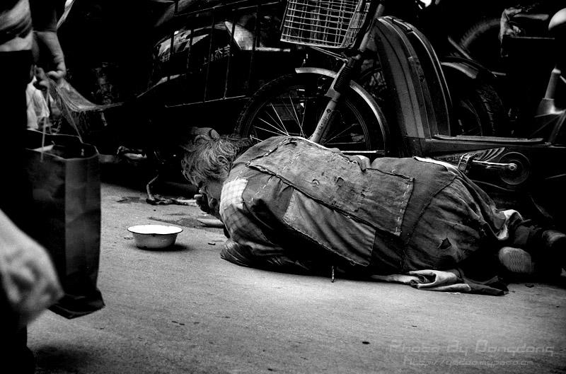 咧咧的大叔们,毫无顾忌穿着内裤在街上擦洗身体,露出一身的排骨和纹身图片