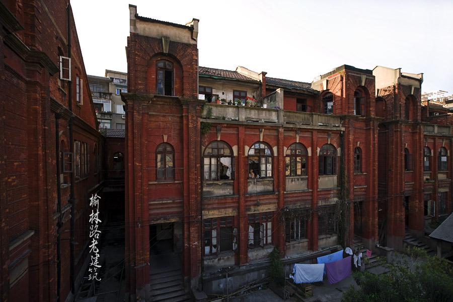 台阶,门廊,屋檐和二层原本突出的外廊式阳台都被整合在饱满的双曲弧线图片