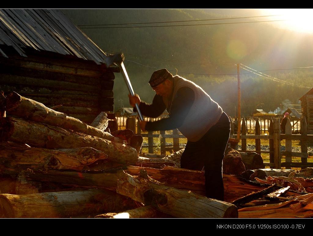 别客大叔正在给我们劈柴做饭