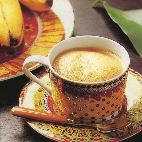 配制方法:先在杯中加入稍深煎炒的咖啡,将等量的牛奶倒入奶锅,用小