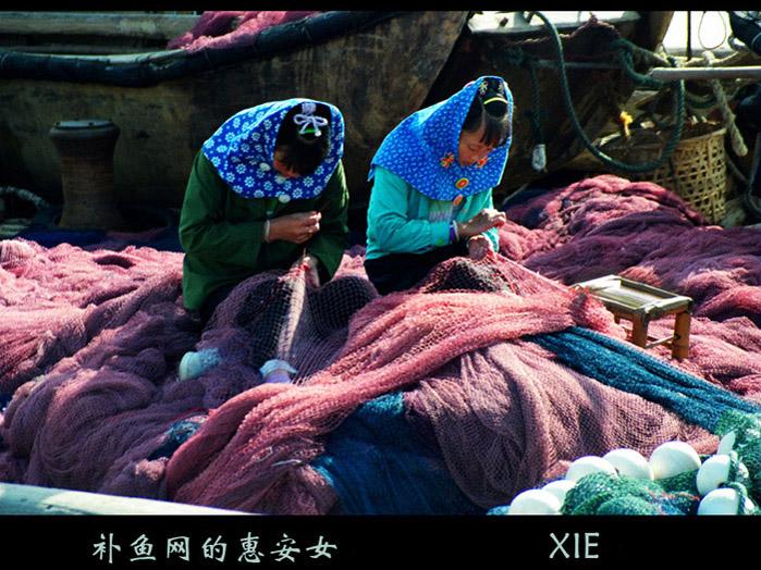 余迎霞作品:补鱼网的惠安女
