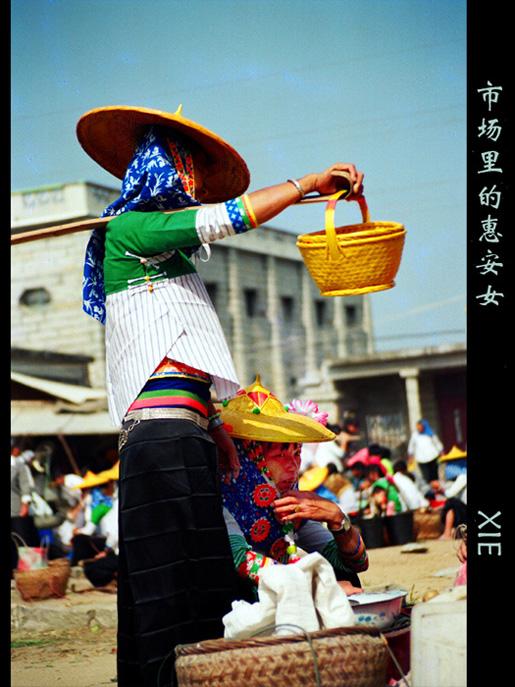 余迎霞作品:市场里的惠安女