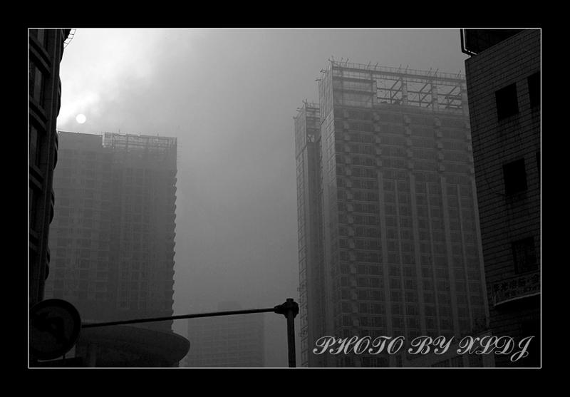 夏罗多吉作品:雾都日出