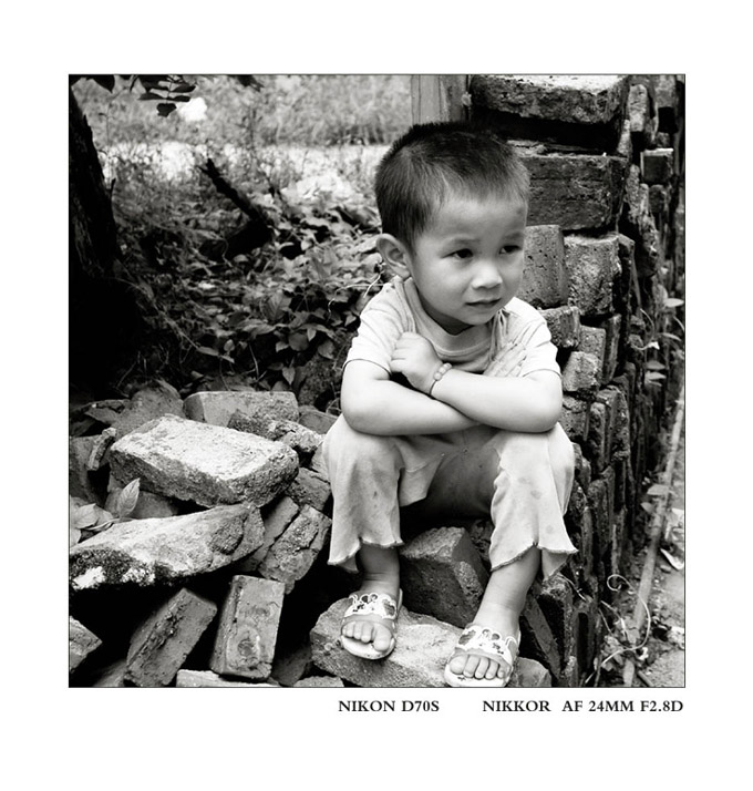 穷追不舍作品:坐在砖堆上的小孩儿