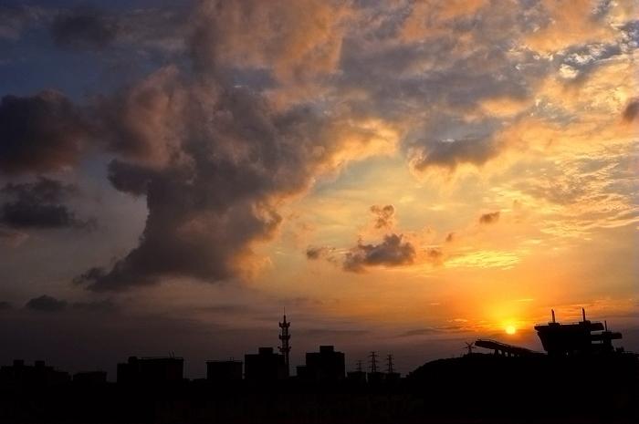 纪冰作品:上海彭浦新村的落日