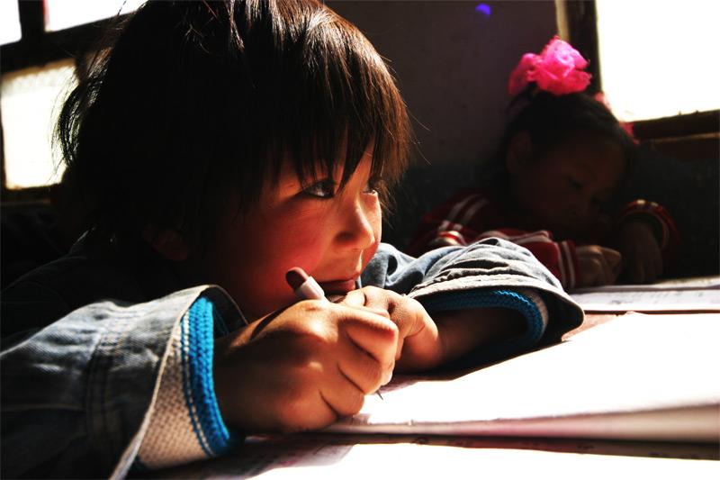 无底放大摄影作品 上课的小女孩