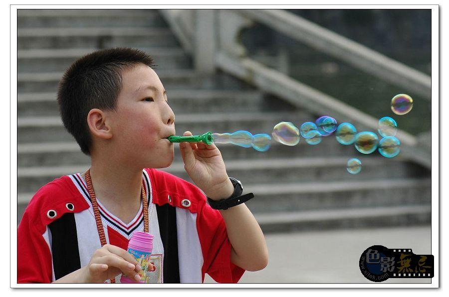 mj0214作品:吹泡泡的小朋友