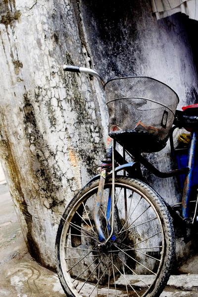 adrianwang2001作品:城中村的三轮车