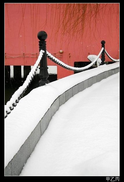 甲乙丙作品:白雪红墙黑栏杆