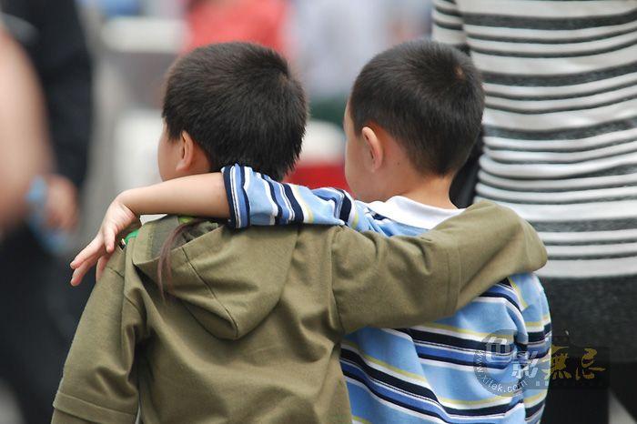 雨后初晴摄影作品 好兄弟 -5月16日,在重庆解放碑的一次为四川灾区