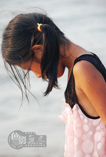 紫晓8作品:拣贝壳的小姑娘