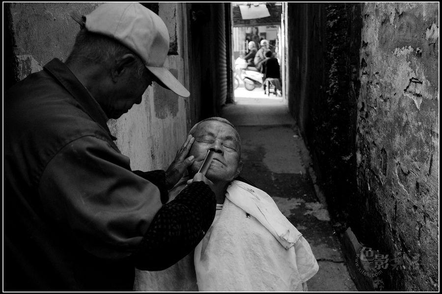 我要一桶酒作品:小巷理发师