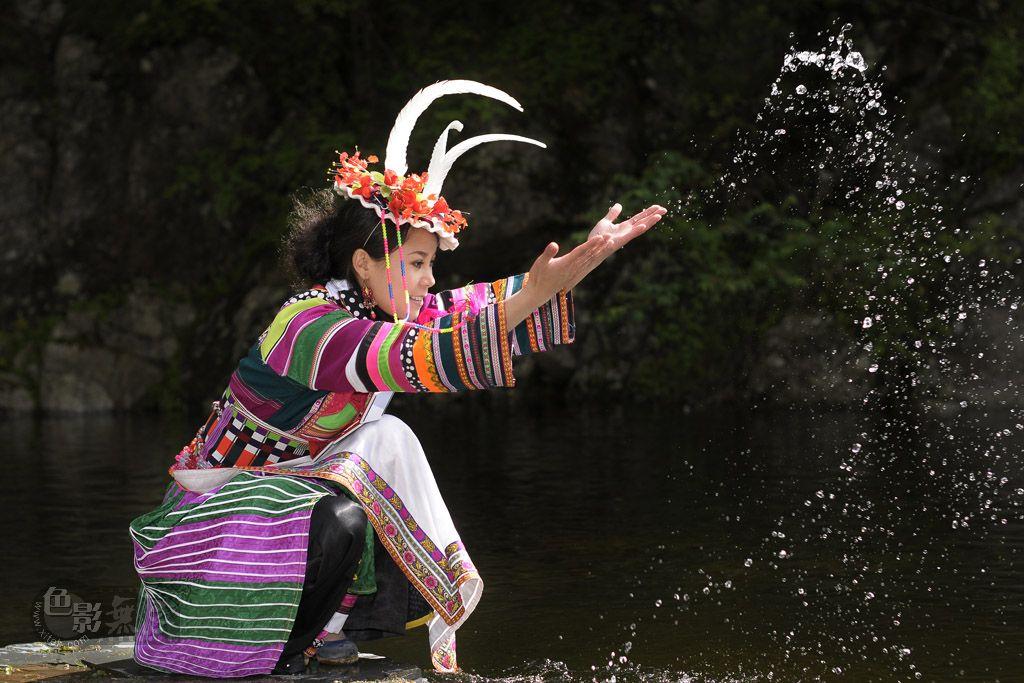 涪城孤鹰作品:戏水   白马姑娘-金雁