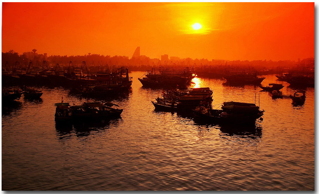 孙小圣作品:晚霞下的越南下龙湾渔船