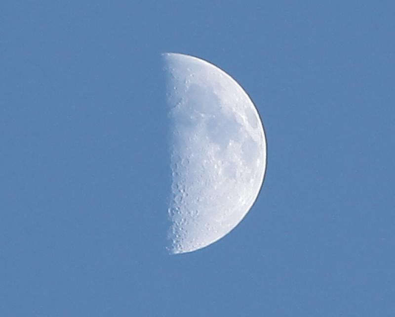 天空辽阔作品:半个月亮