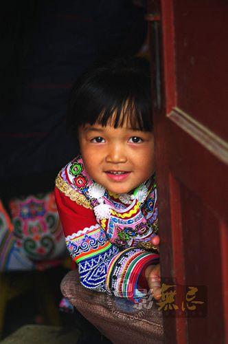 lljtb作品:门边的小女孩