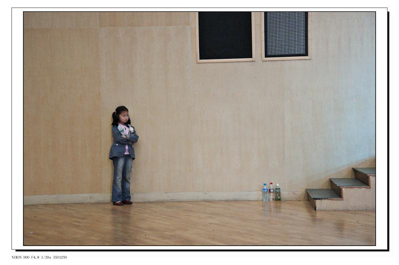 吕过吕乎作品:看演出的小女孩