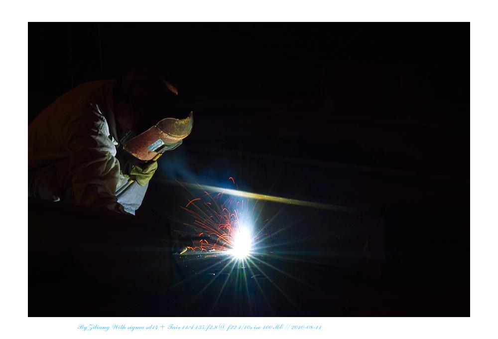 良晨玫景作品:工业火花系列之二    CO2保护焊