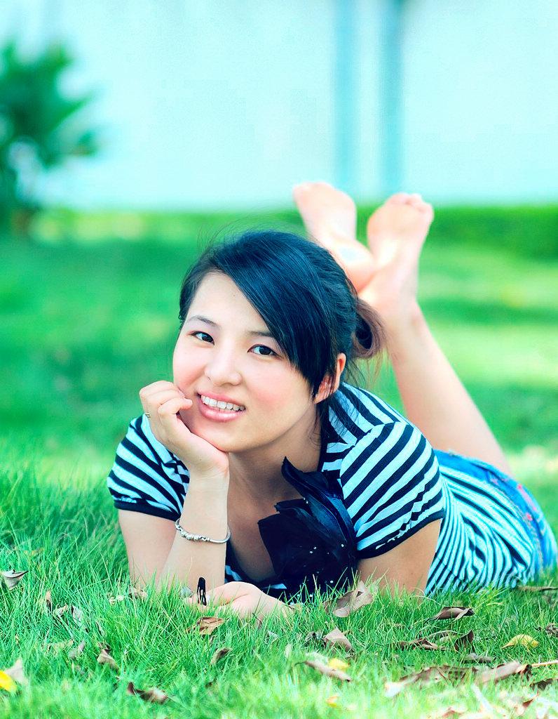 luoren作品:草丛中的女孩