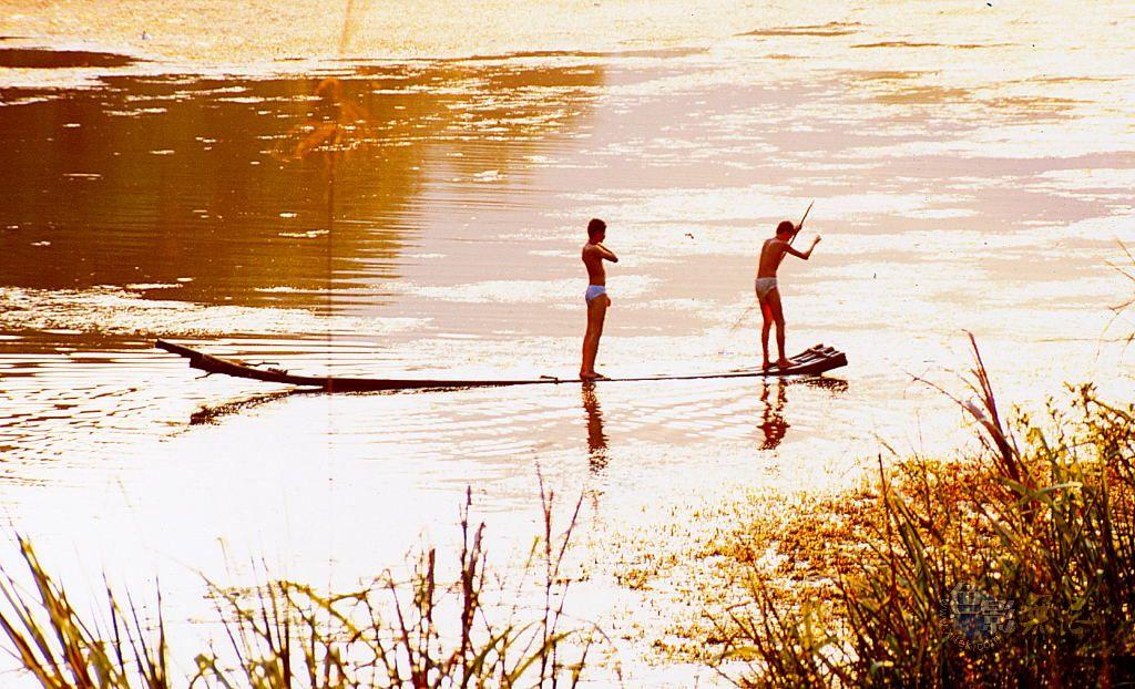 月黑风高独行者作品:划竹筏的少年