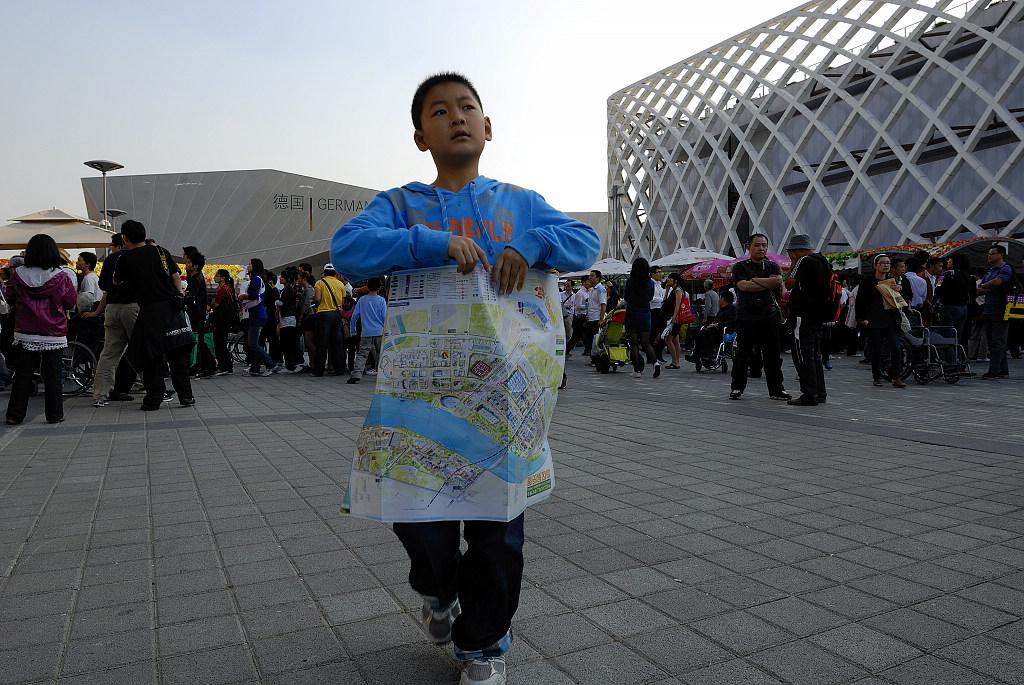 海上麦客作品:穿过世博广场的男孩
