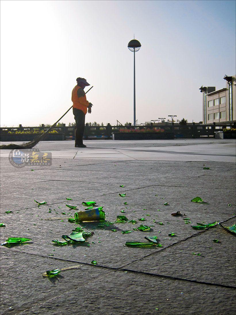 通铺异梦作品:啤酒瓶碎片,公园,格尔木 2010