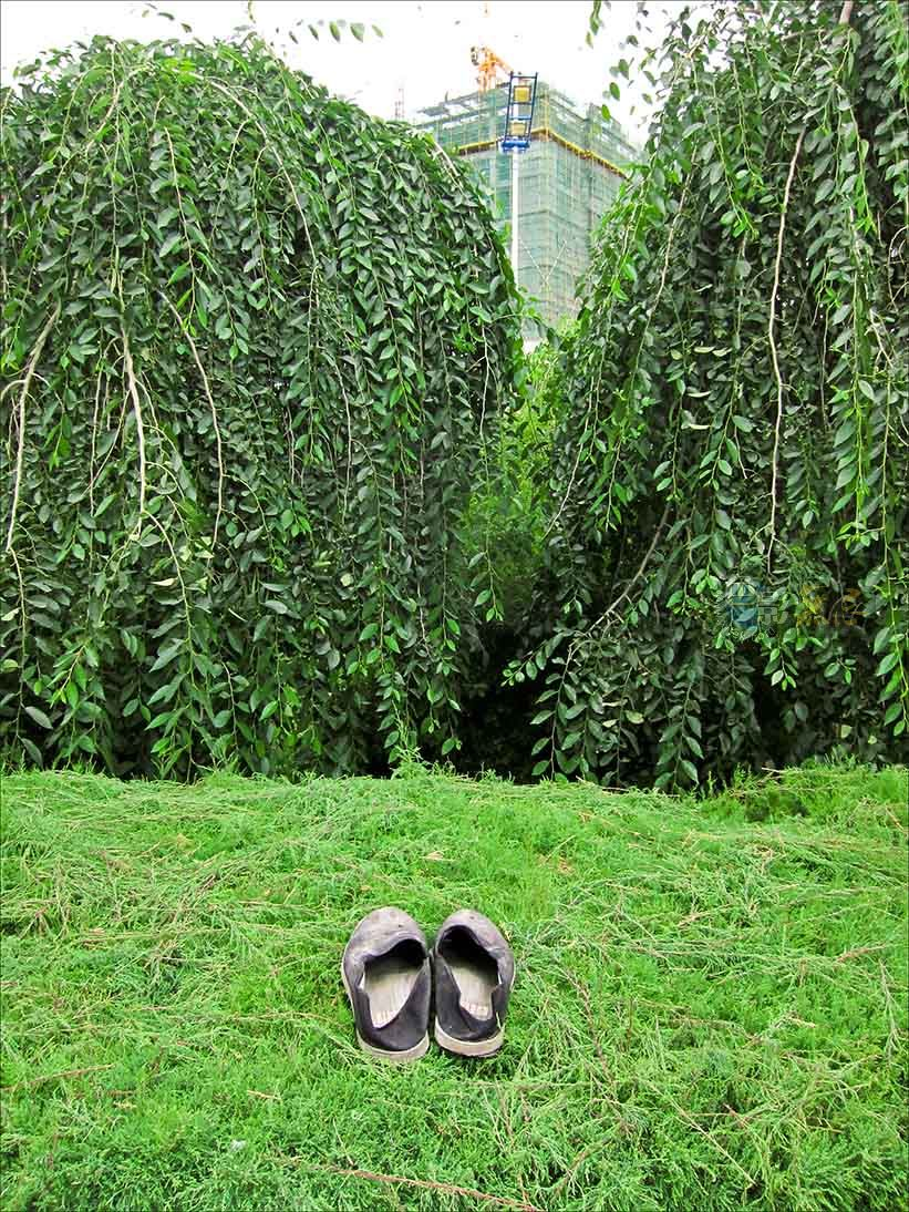 通铺异梦作品:鞋,格尔木 2010