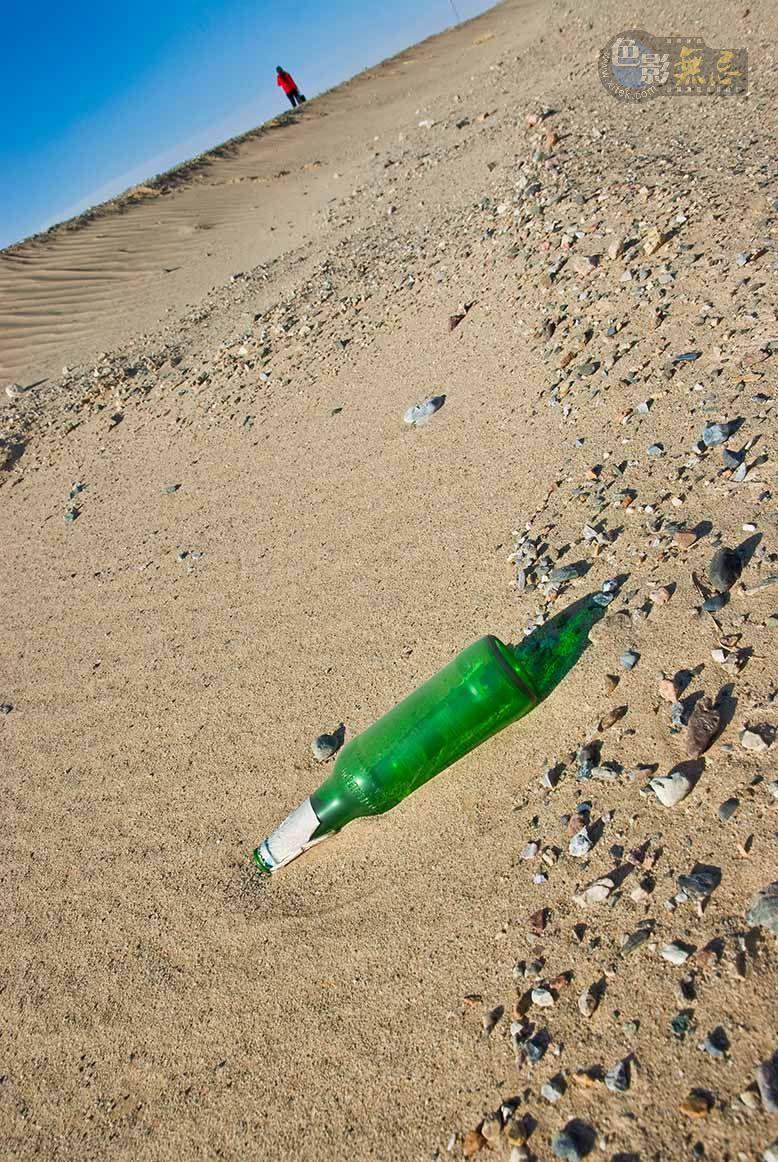 通铺异梦作品:戈壁,绿色的酒瓶 2010
