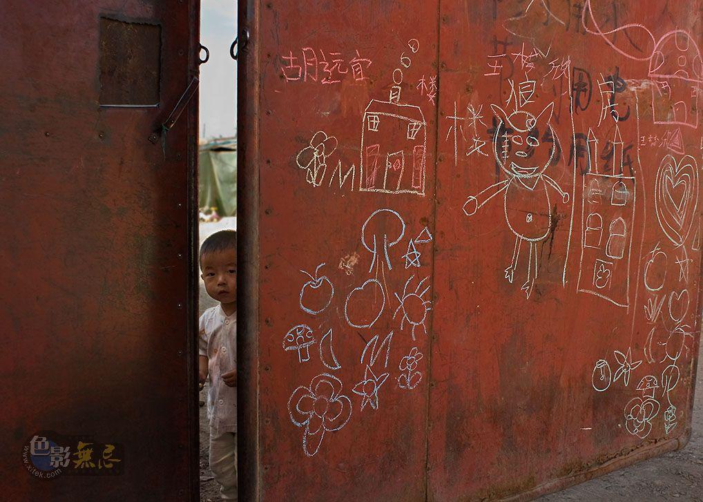 通铺异梦作品:铁门,幼童涂鸦 2010