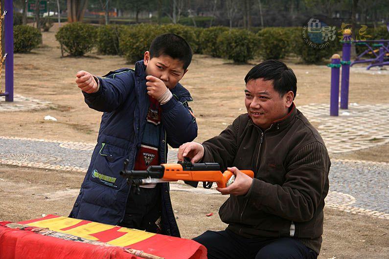 聆听细雨作品:爸爸,枪是这样打的。。。