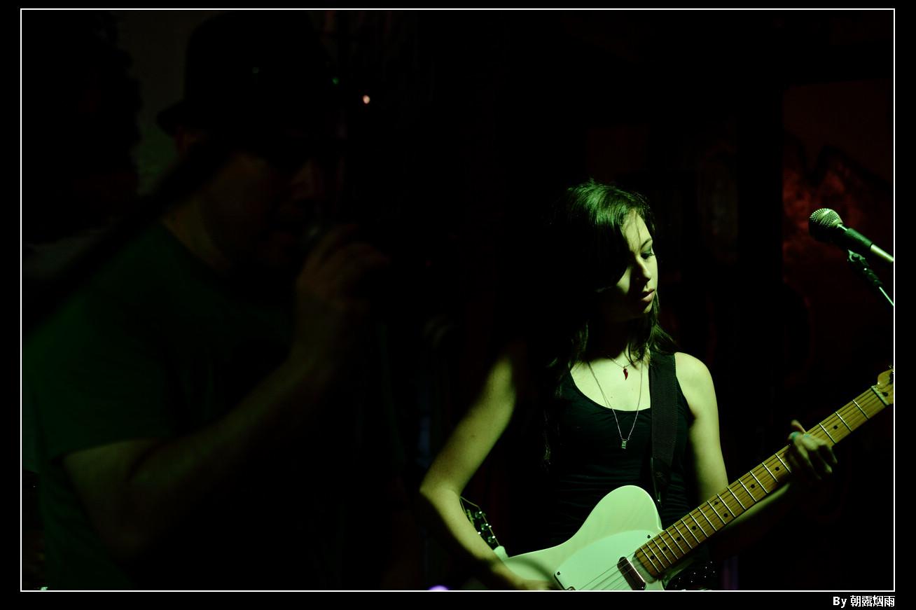 朝露烟雨作品:弹吉他的MM