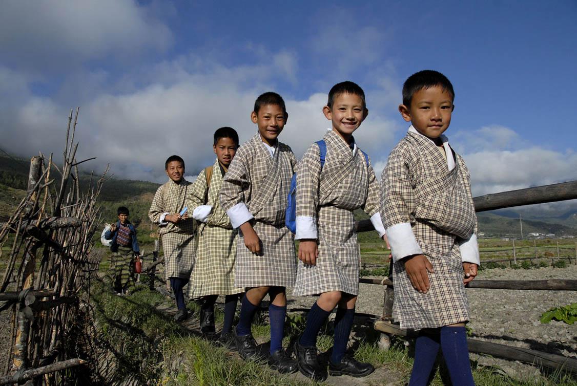 达顿作品:上学去(可爱的不丹小学生)