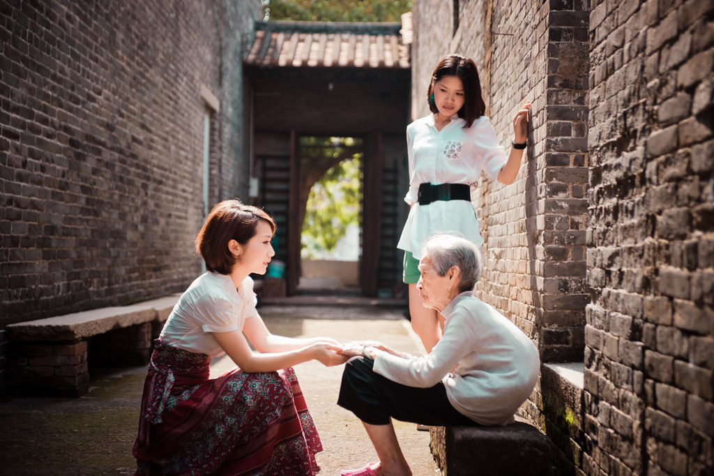 hxfeng作品:自梳女与少女