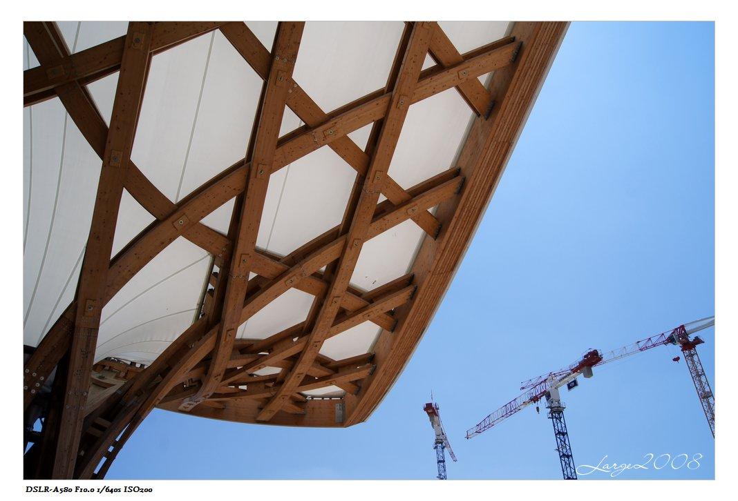 这种木质网状结构据说建筑灵感源于亚洲人的竹斗笠