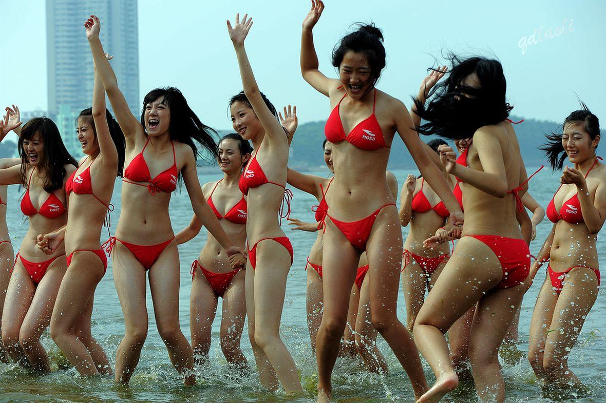 青岛的海与比基尼少女
