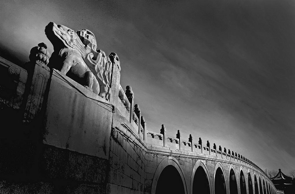 华汉作品:欲飞的十七孔桥(黑白)