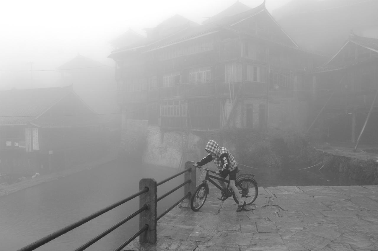 梦里不知身是客作品:山寨,雾中骑车的男孩