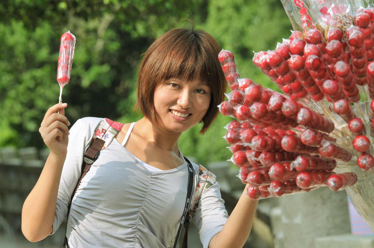 双瞳剪水作品:女孩与糖葫芦