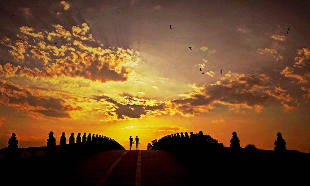 华汉作品:漫步夕阳