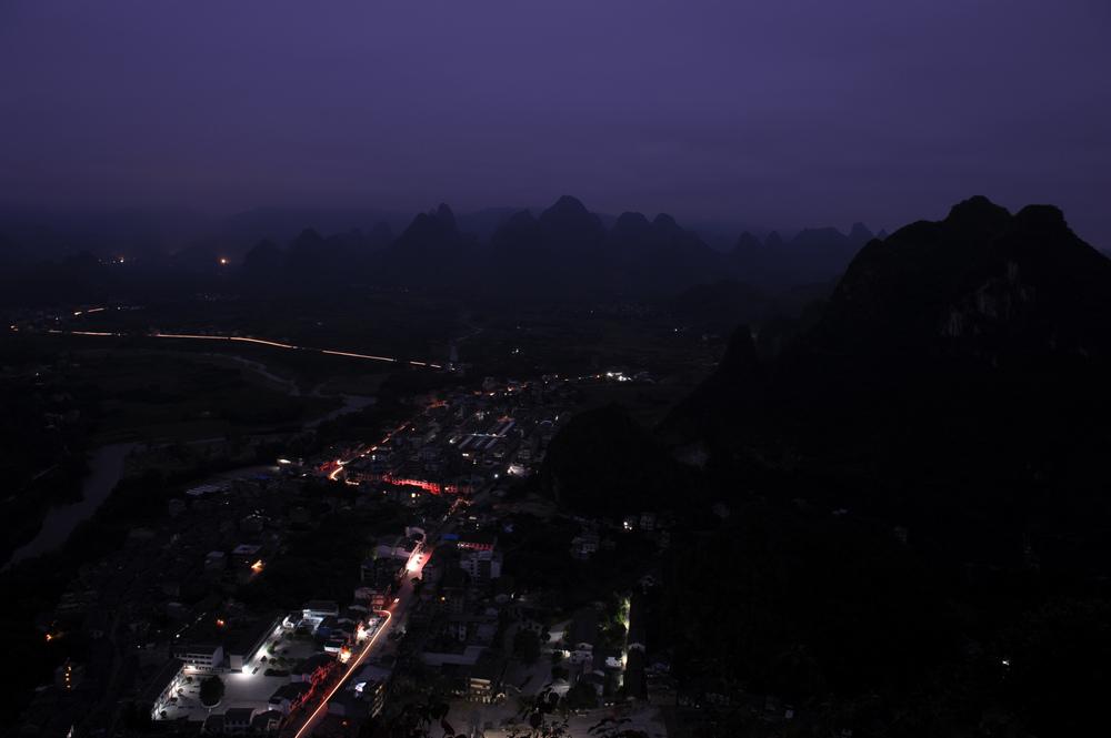 深夜里观望着世界沉睡作品:兴坪的黎明