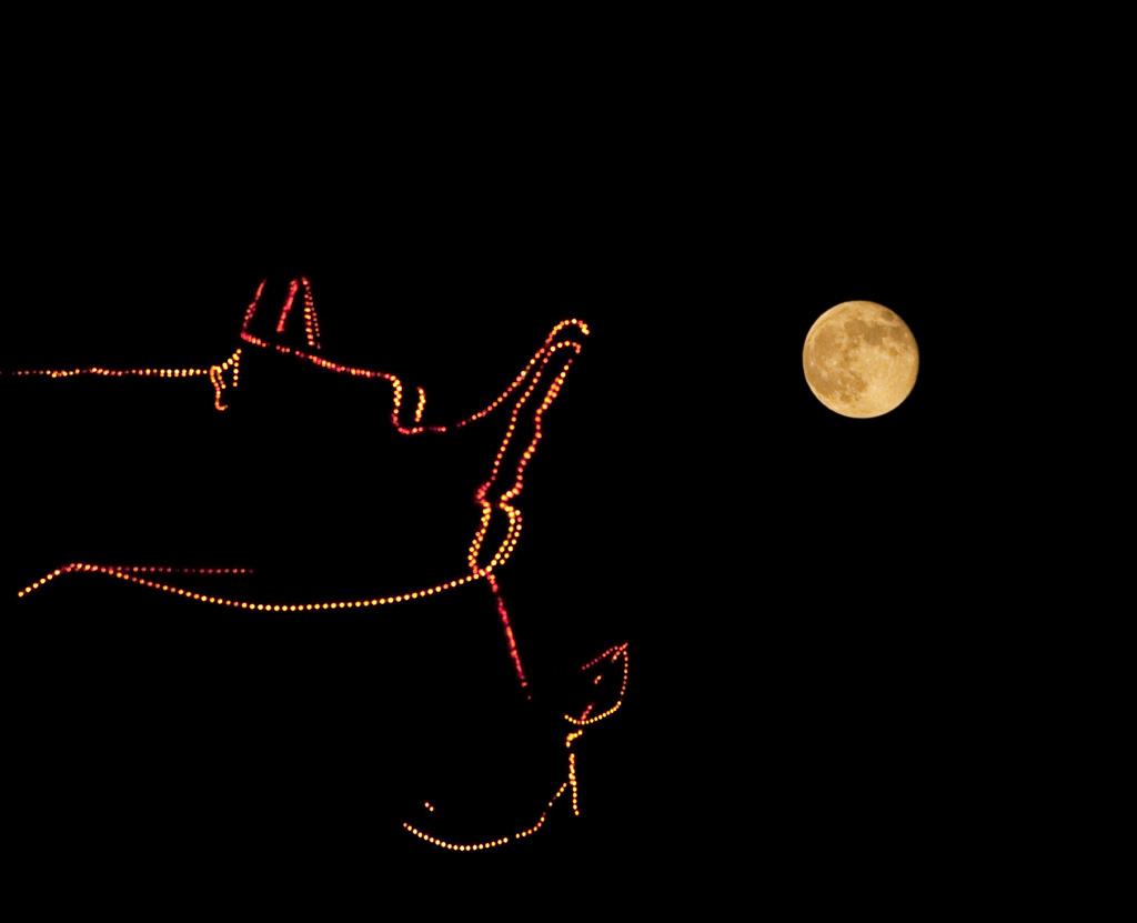 中秋离不开月亮 除了月亮,就是画檐飞角 缀满装饰灯光的建筑和月亮