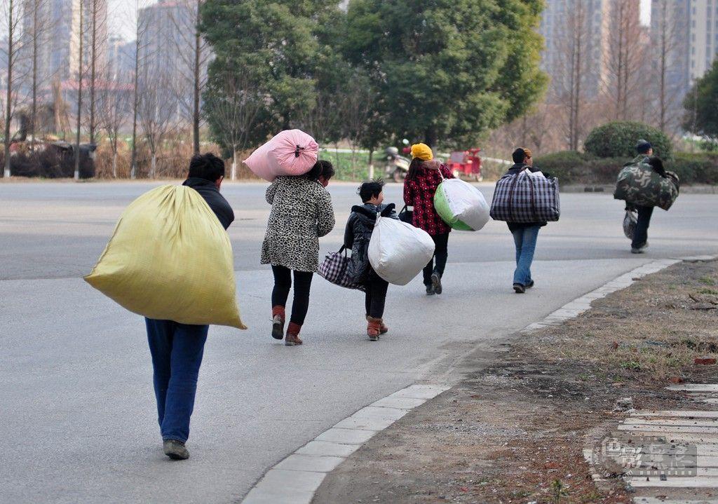 农村妇女进城打工_农村人口进城打工