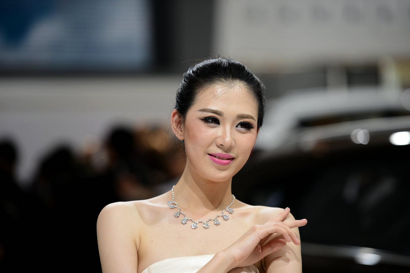 燕赵老翁作品:北京车展的俊男靓女
