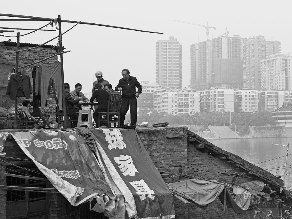 借光留影作品:屋顶的牌局