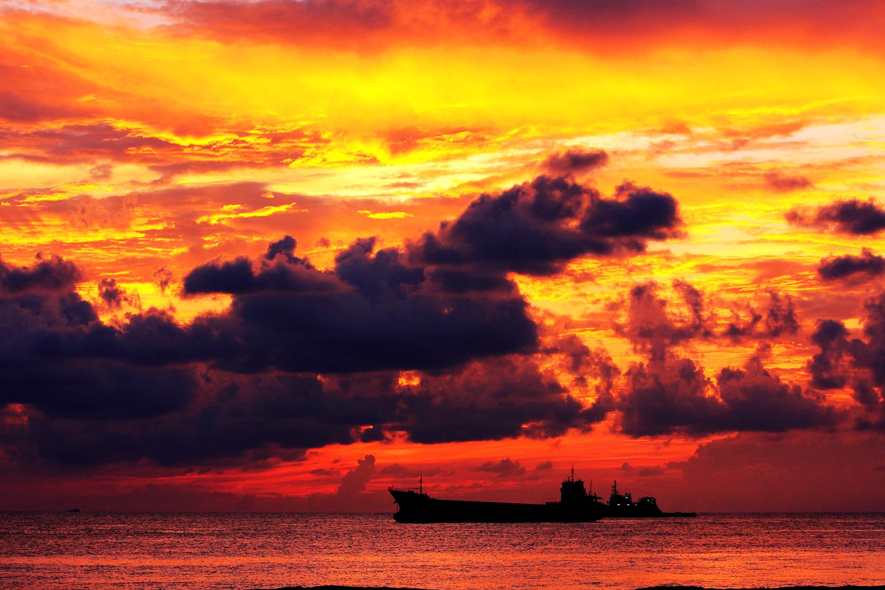 南极翁作品:日落海面红霞飞