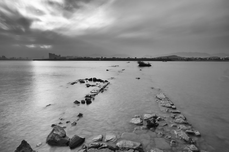 宾狮子作品:寂静的河岸