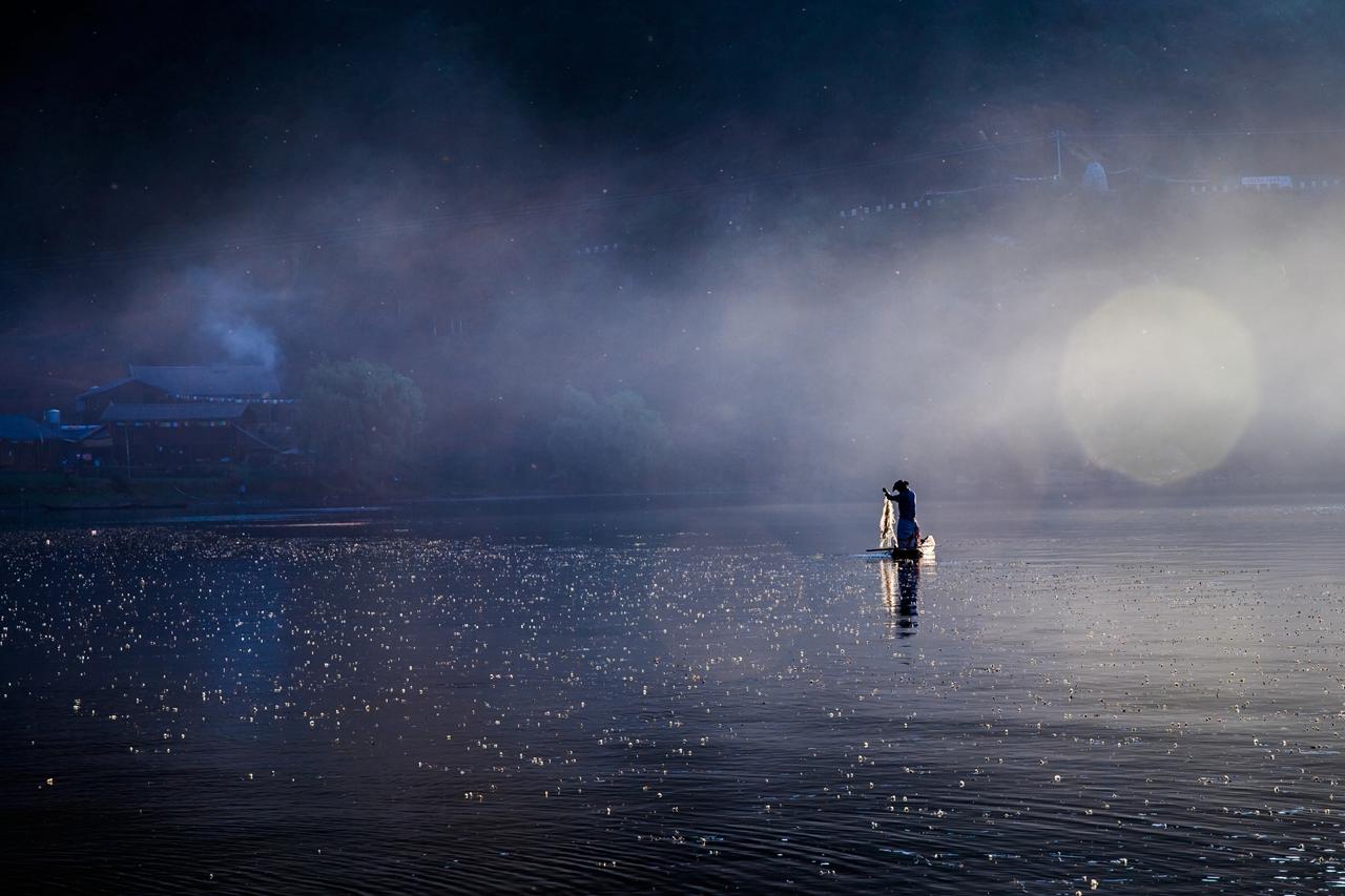 南极翁作品:晨渔