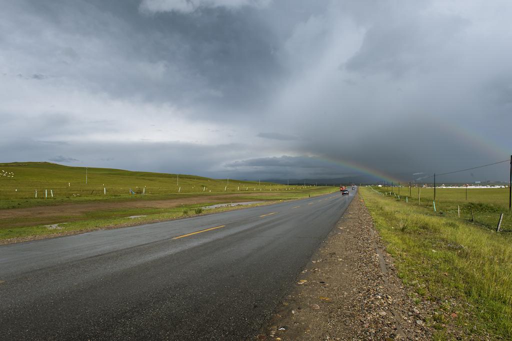 西安老李作品:穿过草原的公路